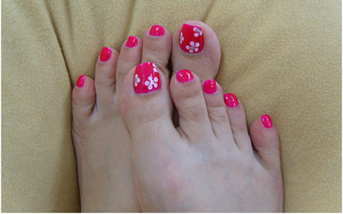 Five-dot-flowers-on-toe-nails