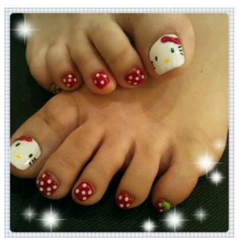 Just because Hello Kitty is quite popular among little girls, it doesn't  mean we can't use them in our daily life. The design is generally composed  of polka ... - 45 Childishly Easy Toe Nail Designs 2015